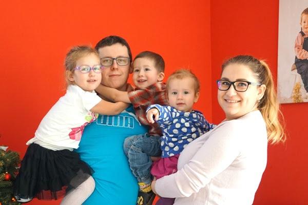 rodzinne zdjęcie - mama, tata i trójka dzieci