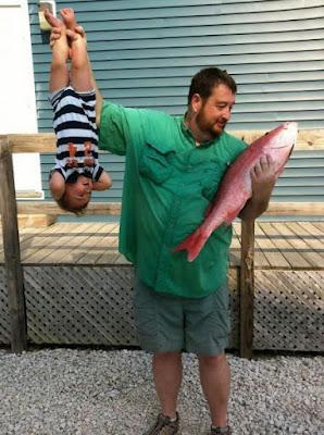 Lustiger Vater hält Baby und holt Bier im Kühlschrank Spassbilder
