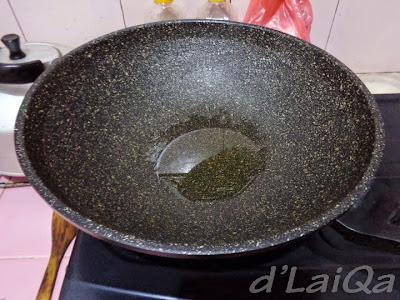 penggorengan yang telah diberi minyak goreng