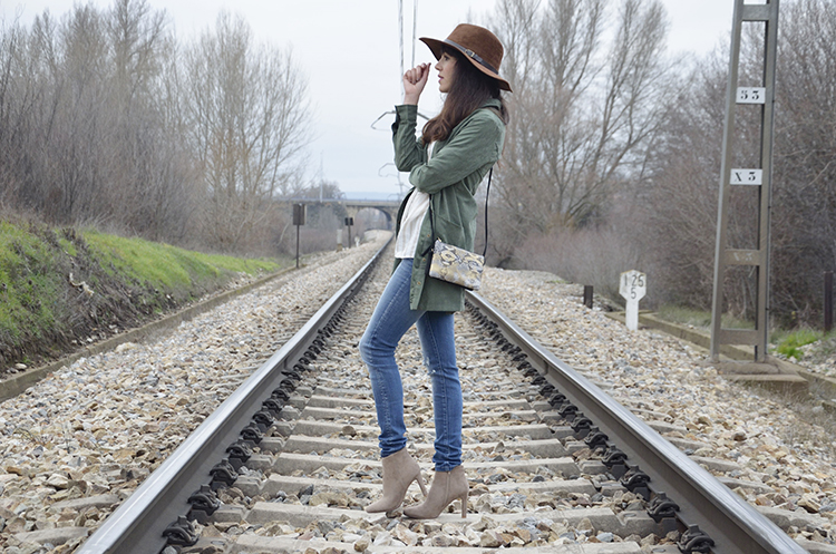 outfit-blogger-fedora-marrón-jeans-chaqueta verde-look-casual