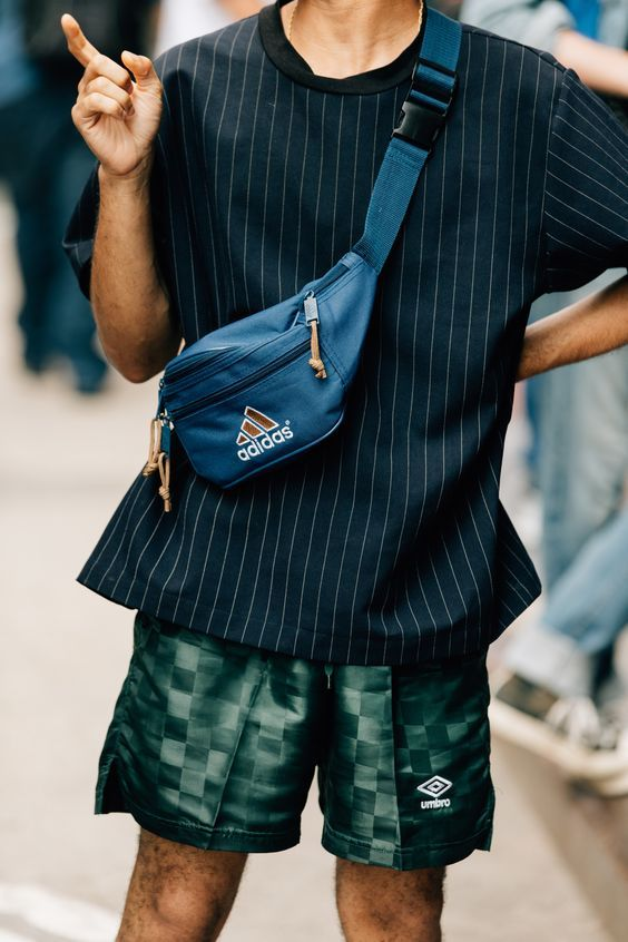 look masculino com pochete masculina
