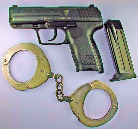 jemand zielt mit pistole