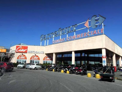 Massa, Carrefour apre nella festa del lavoro e i lavoratori insorgono