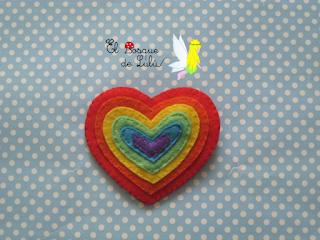 broche-corazón-arcoiris-fieltro-orgullo-elbosquedelulu-hechoamanoparati-regalo-personalizado