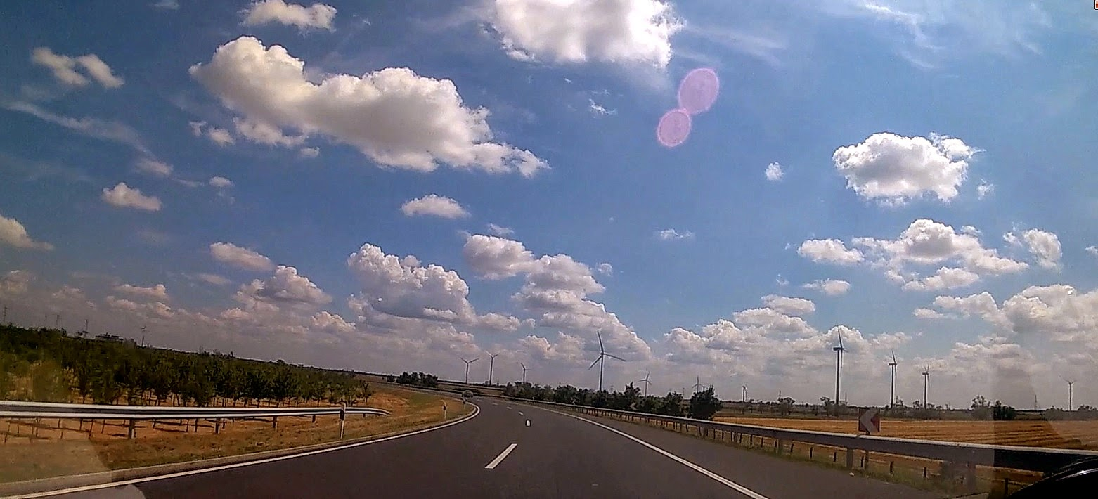 Droga przez Węgry. Pola i wiatraki
