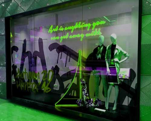 Фото стеклянный витраж, витрина для продажи одежды