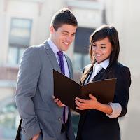 Hombre y mujer revisando documentos