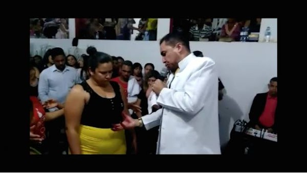 Pastor reza para que seguidora con sobrepeso baje 35 kilos (VIDEO)