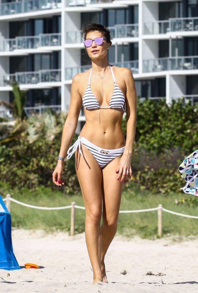 Бразильская модель Джулия Перейра