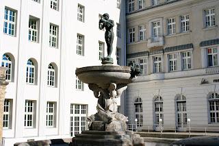 Die Bronzefigur des trinkenden Mädchens als Spitze
