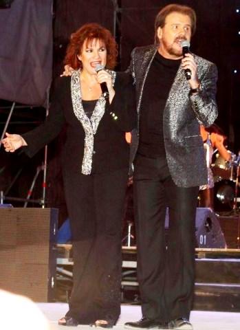 Foto de Pimpinela cantando juntos en presentación