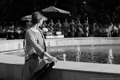 Blogger Mihaela Pojogu la evenimentul cultural din Gradina Publica. Rochie plisata si coc ascuns.