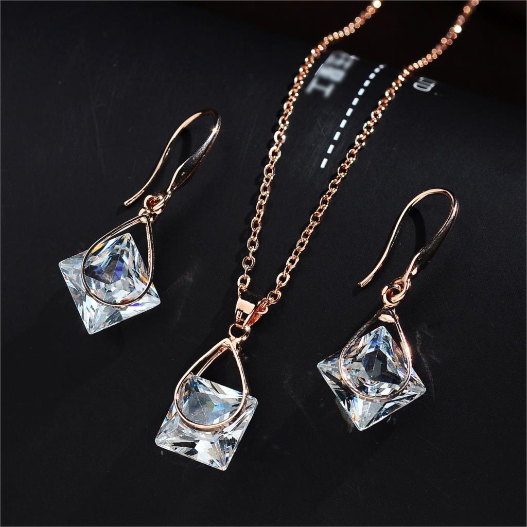 96f160d51132 ... le den un toque sutil a sus atuendos que optar por varias joyas que  sean tendencia. Valora más las joyas con significado y carácter y que son  duraderas.