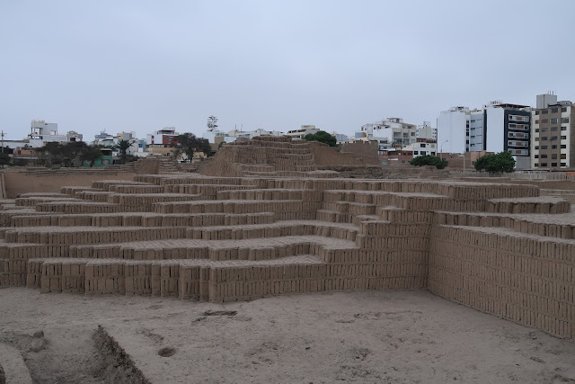Muros de Huaca Pucllana en Lima