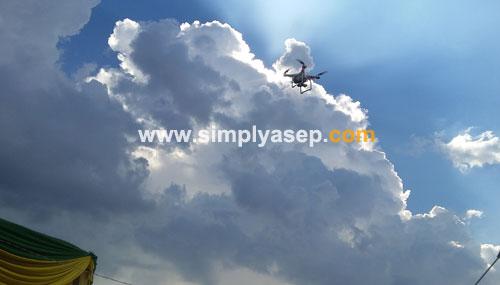 DRONE :  Tampak sebuah drone melayang layang di atas panggung kehormatan saat acara pembukaan Kalbar Extravaganza 2018 tengah berlangsung. Foto Asep Haryono