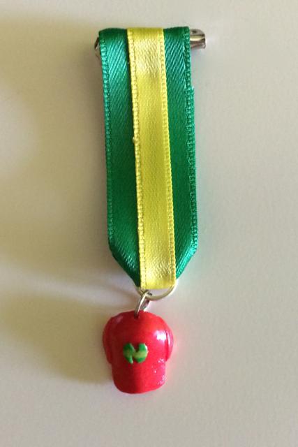 Foto medalla con gorra de roja de Benji con la N de New Team