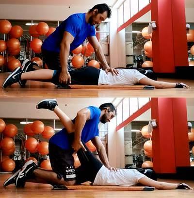 Ejercicio de estiramiento en parejas para relajar los músculos que flexionan la cadera