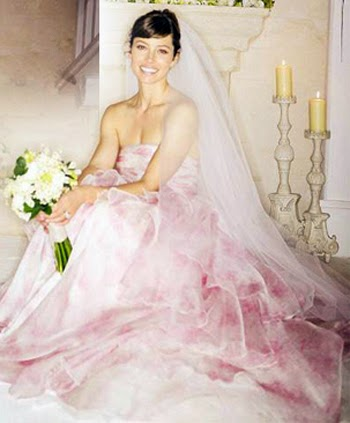 Giambattista Valli Create For Bride Jessica Biel A Gorgeous Wedding Dress Looks Amasing In Her Light Pink With White Peonies Bouquet