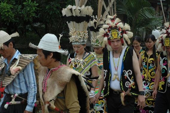Pakaian Adat Kalimantan Timur ( Artikel Lengkap )