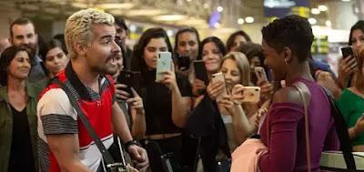 Ryan (Thiago Martins) canta para Marina (Erica Januza):
