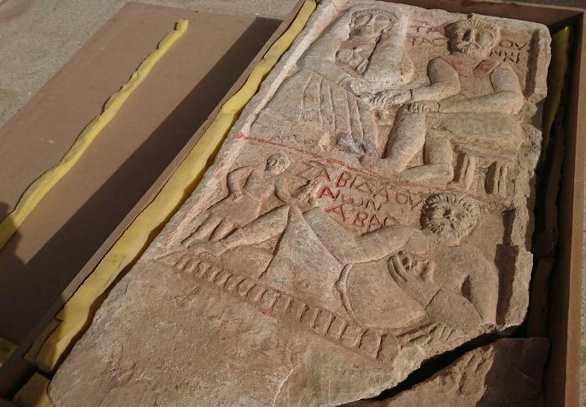 ضبط لوحة أثرية معدة للتهريب عند الحدود السورية - العراقية تعود للحقبة الرومانية(فيديو)