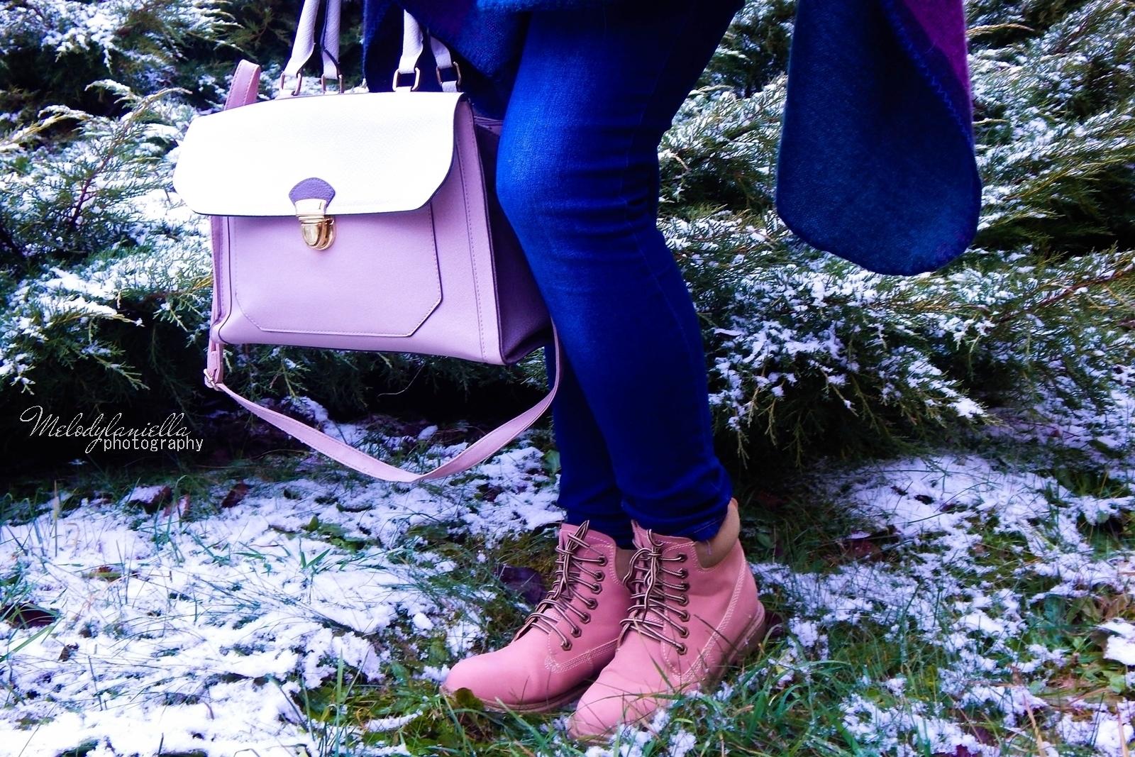 pudrowe love stylizacje z pudrowo różowymi dodatkami różowe trapery renee pudrowa torebka deichmann stylowe poncho na jesien i zimę dresslily melodylaniella duza torebka