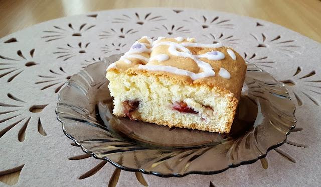 Ciasto jak biszkopt z owocami.