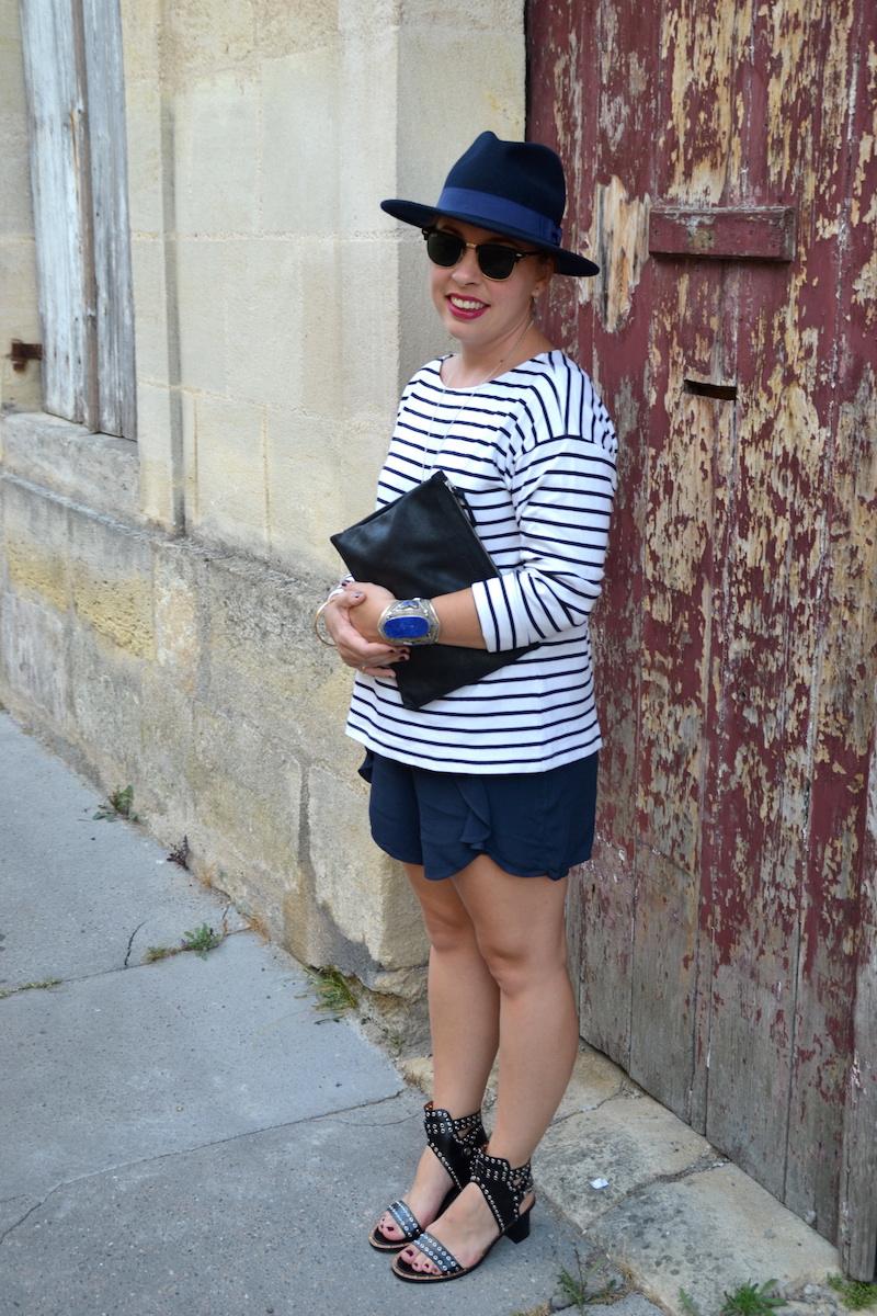 mariniére et short à volants H&M, chapeau Aleane officiel, sandale Sheinside, pochette American Vintage, manchette bleu lapis