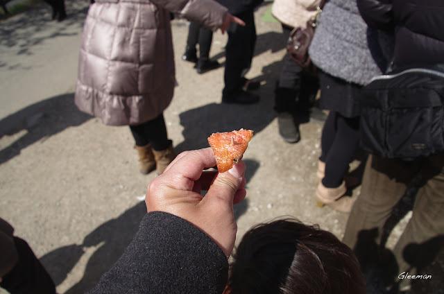 河津川畔沿途的攤位皆非常的大方提供試吃,所以邊欣賞美麗的櫻花還可以遍嚐不同的特產及美食喔。