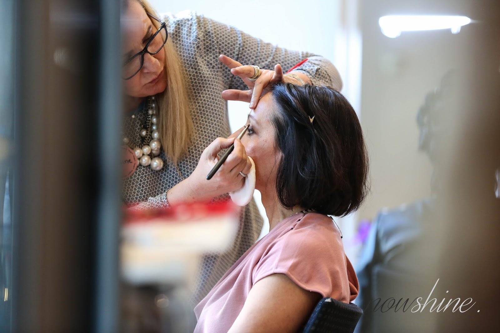Stylist schminkt Frau