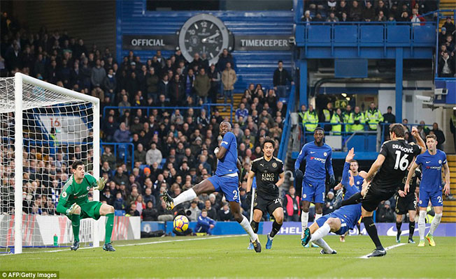 10 man Leicester City hold Chelsea to goalless draw