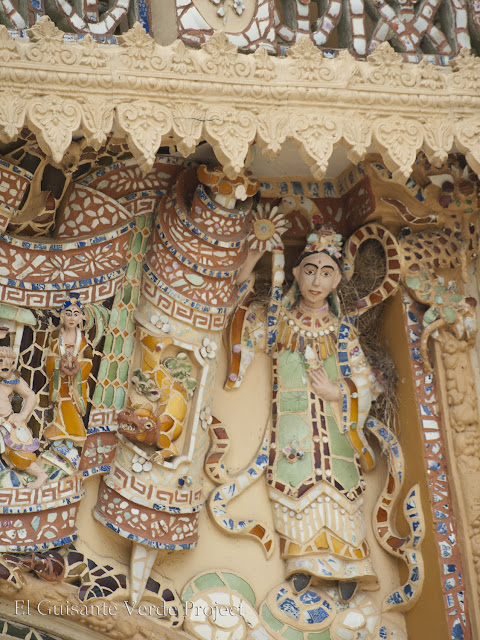 Detalle decoración exterior en Vinh Trang Pagoda por El Guisante Verde Project