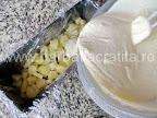 Prajitura diplomat preparare reteta - turnam compozitia in tava peste ananas