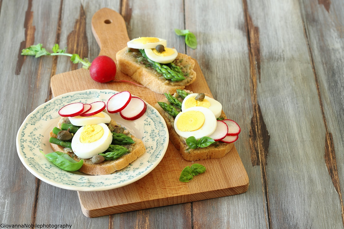 Sandwich con asparagi e uova sode e crema di tahina