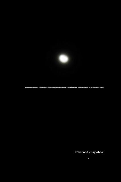 Bulan dan planet Jupiter yang berdampingan.