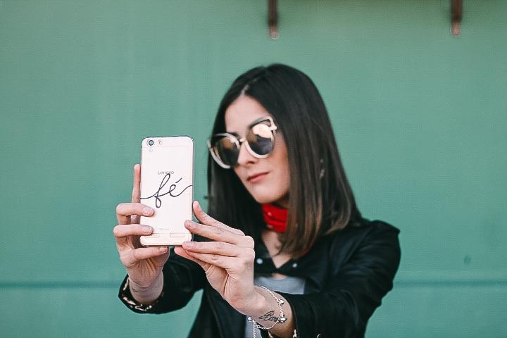 Look bota metalizada + calça branca + jaqueta - Ally Arruda