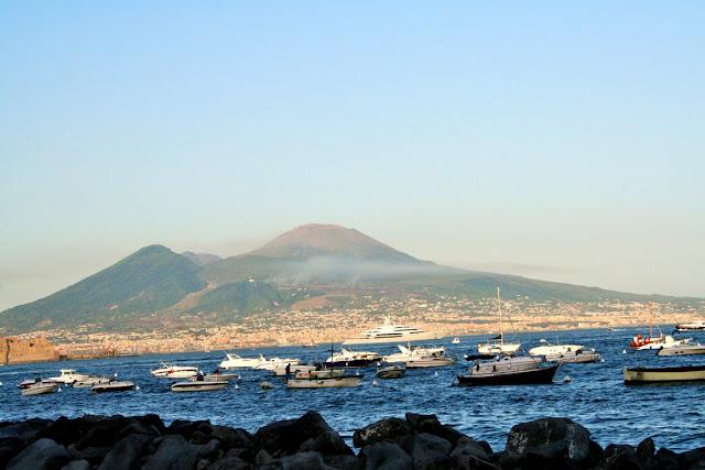 scogli, mare, acqua, pietre, barche, barchette, monti, Vesuvio, foschia, cielo, aria