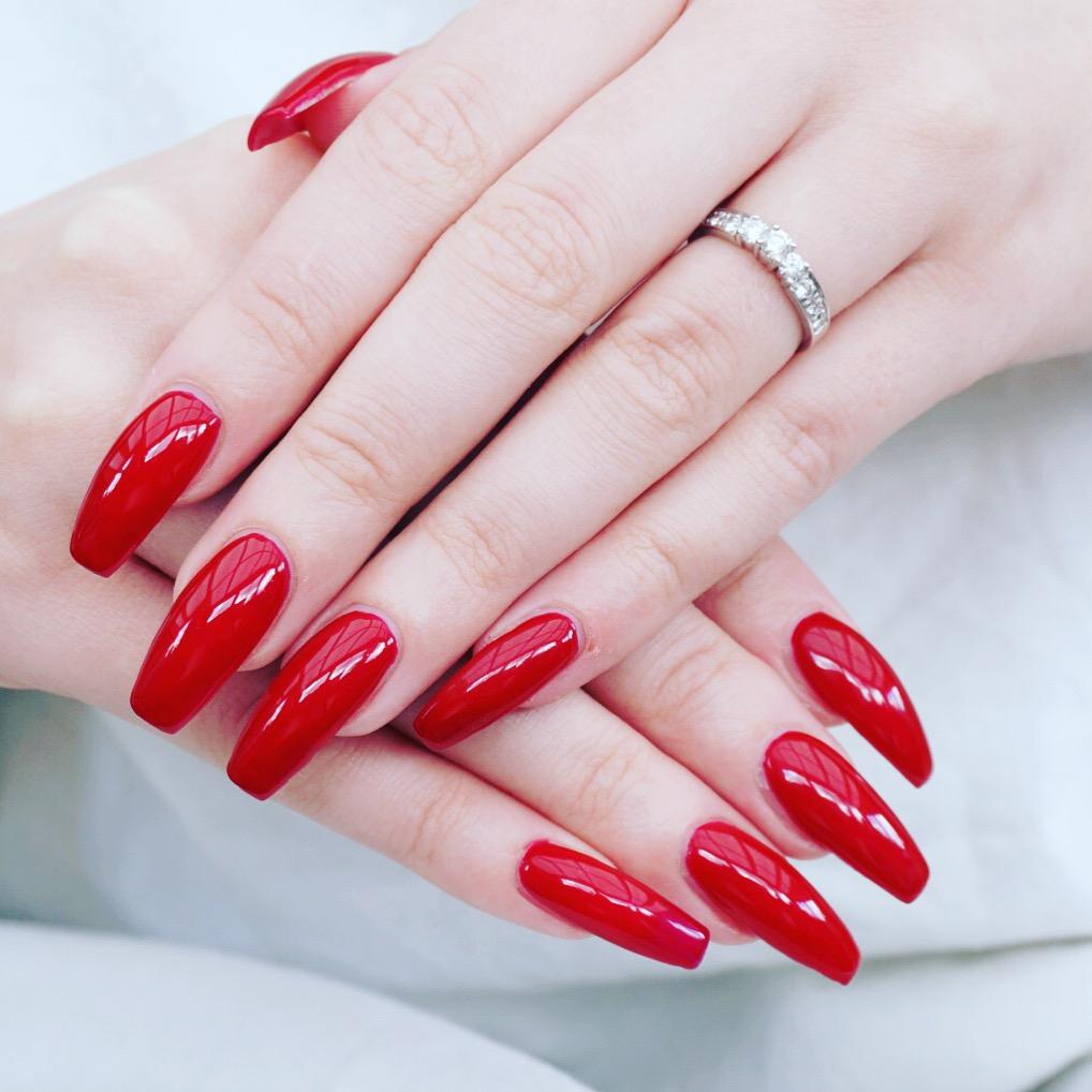 Långa röda naglar