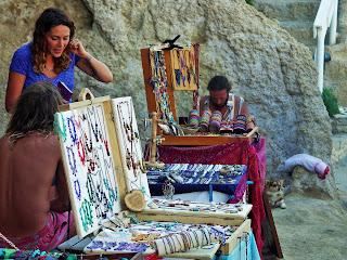Kreta, Matala, hipisi sprzedający rękodzieło