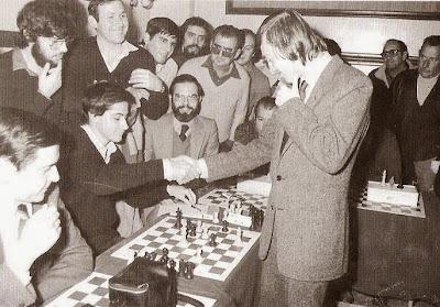Simultáneas de ajedrez de Karpov en el Centro de Lectura de Valls en 1981
