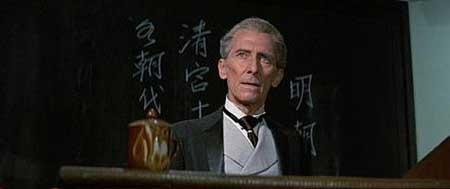 Peter Cushing en una secuencia de Kung Fu contra los 7 vampiros de oro