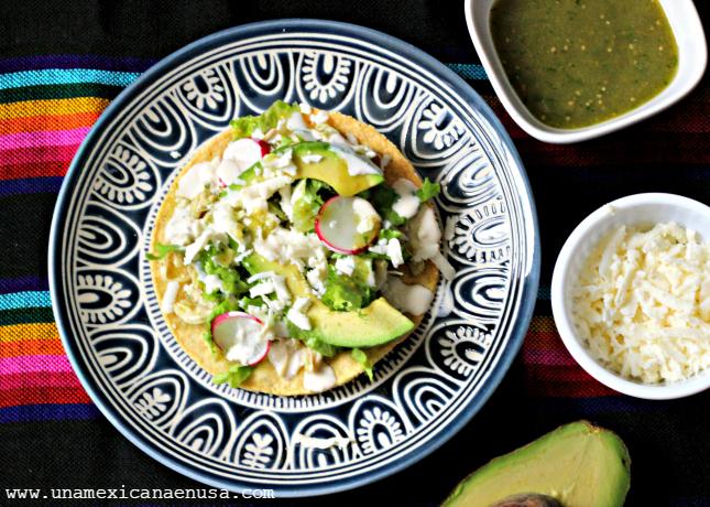 Tostadas fáciles de pollo en salsa verde by www.unamexicanaenusa.com