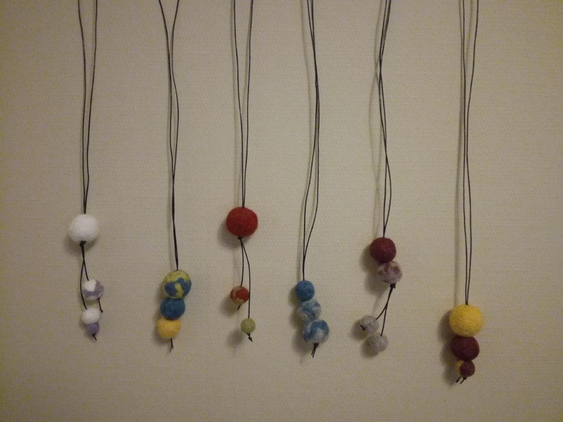 Collane con palline di lana infeltrite