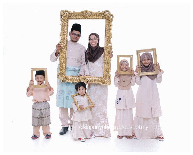 First time photoshot raya, satu family excited bagai nak rak!