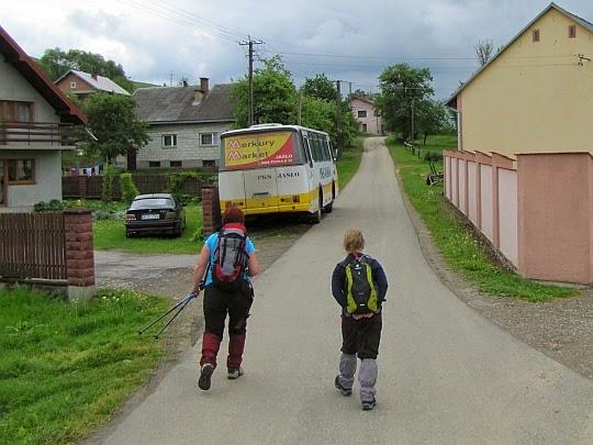 Początek wędrówki - asfaltową drogą kilkadziesiąt metrów, a potem w lewo na Grzywacką Górę.