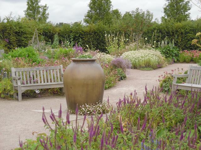 ławki ogrodowe, gliniany dzban
