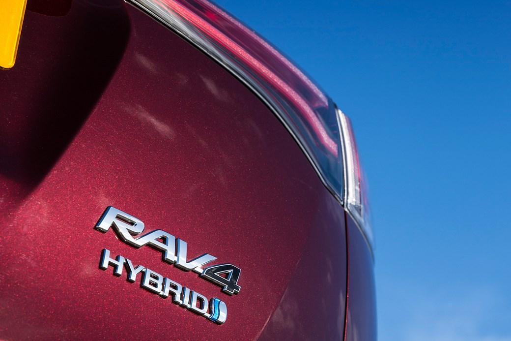 Bốn trong mười chiếc ô tô của Toyota ở Anh hiện nay là xe hybrid