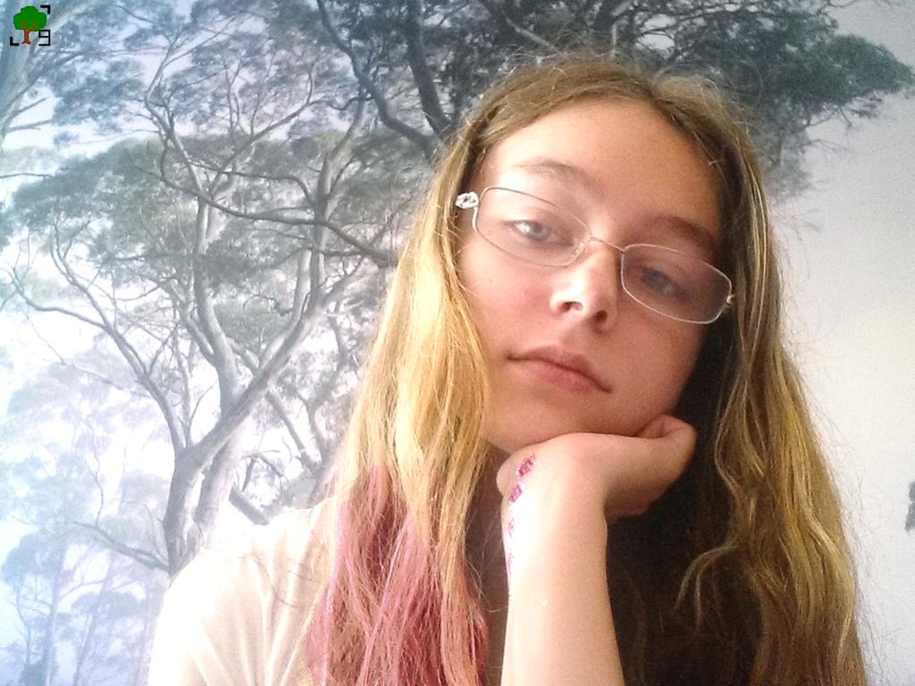 Sławomira Belica, blogerka, różowe włosy, tatuaż, las, autoportret