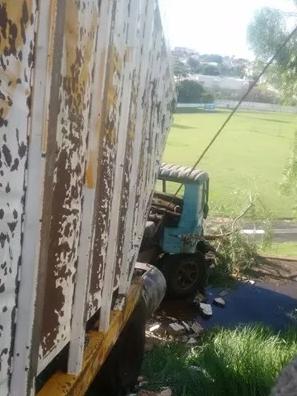 Caminhão invade arquibancada de estádio em Catanduva