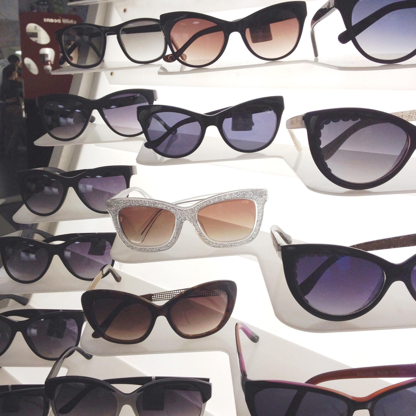 0eb2c201adcf5 A parceria com Rita Lee traz referências pessoais e musicais da cantora,  como os discos voadores nas hastes dos óculos desenhados pela própria Rita  Lee e e ...
